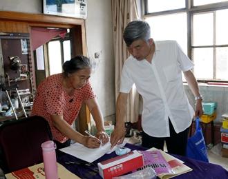 龙8娱乐手机版财经学校开展精准扶贫,向党的99岁生日献礼